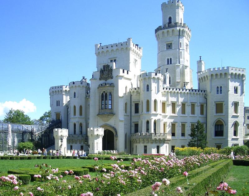 Средневековый готический замок Глубока-над-Влтавой                  в Южной Чехии